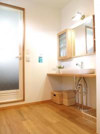 『洗面所』白×木材でシンプルおしゃれに。