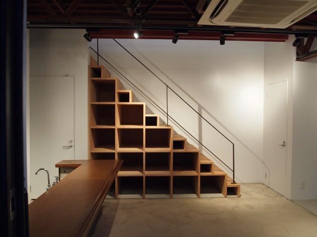 ギャラリー2Fへ向かう階段は収納兼作品展示用の家具としても利用できるようになっています。