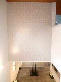 『ギャラリースペース』階段の壁一面に総柄のクロスを貼ることにより、華やかさを演出しました。