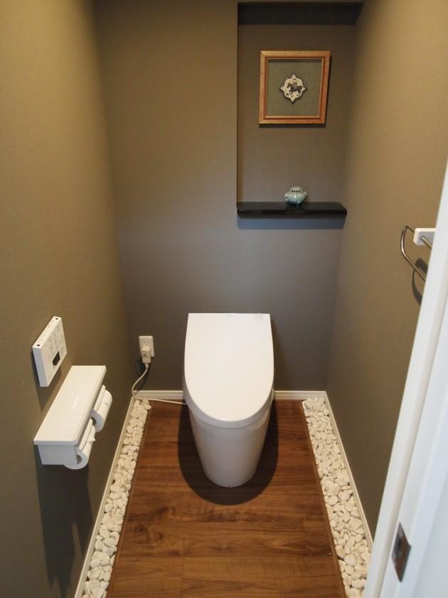 『トイレ』落ち着いた色合いの壁紙とウォールナットのフローリングを使うことで、シックな空間に。