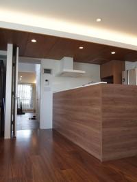 『キッチン』リビングとの天井を一体にすることで、広がりのある空間を演出。