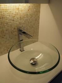 『トイレ・手洗い』小さく淡いガラスモザイクタイルをあしらいました。