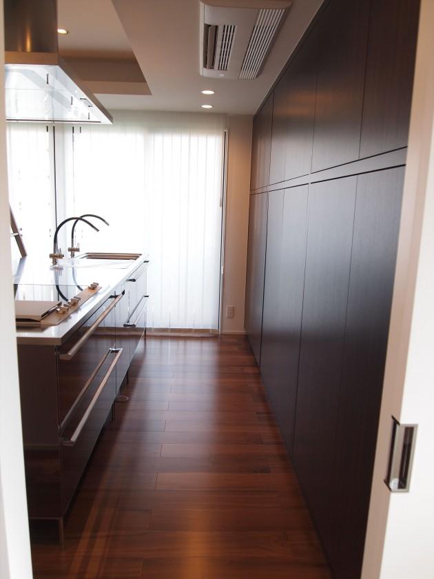 『キッチン』壁一面を大容量の収納スペースへと実現。