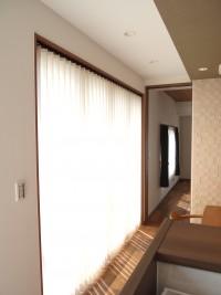 『ダイニング』大開口にはバーチカルブラインドを取付。午前中は優しい光が部屋を包み込みます。