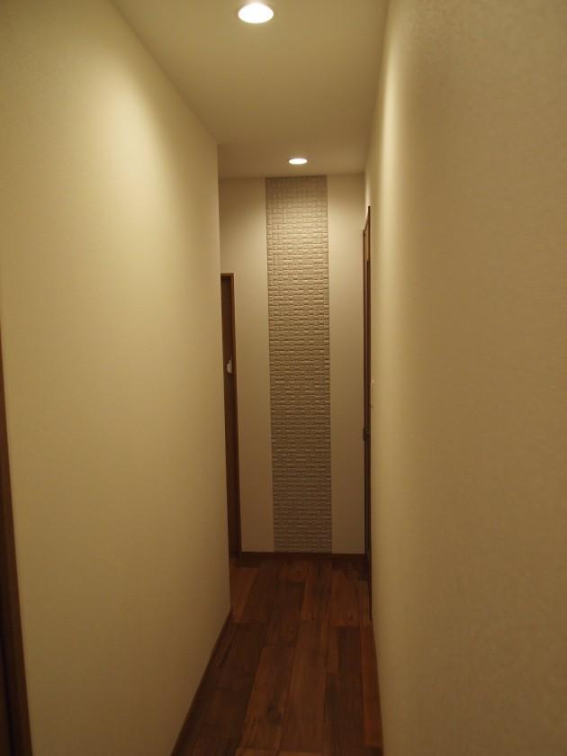 『廊下』突き当りにはアクセントにタイルを貼りました。