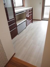 『キッチン』床はフロアタイル。下には床暖房が入っており冬場の家事も暖かです。