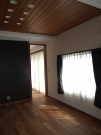 『リビング』天井には無垢の木を貼りました。正面のアクセントの黒い壁は銅板です。