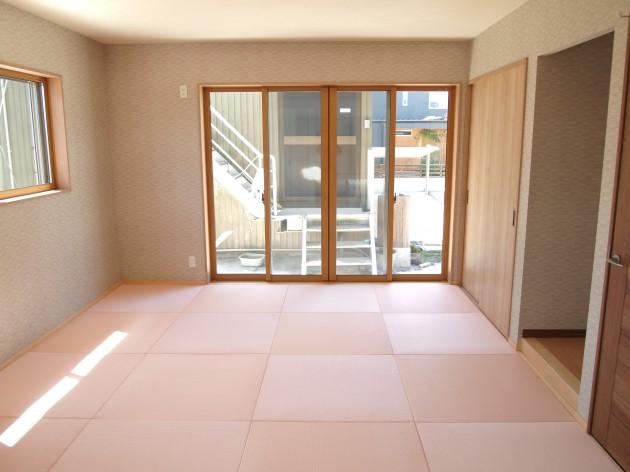 和室は薄桜色の畳を敷き詰め優しい雰囲気にしてみました。