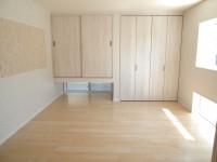 寝室はナチュラルな雰囲気で床はメープル材