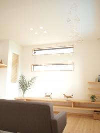 リビングの高窓からは優しい光が降り注ぎます。