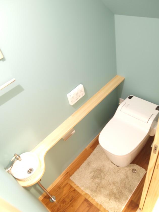 階段下のトイレにはお客様こだわりの手洗い器を取付