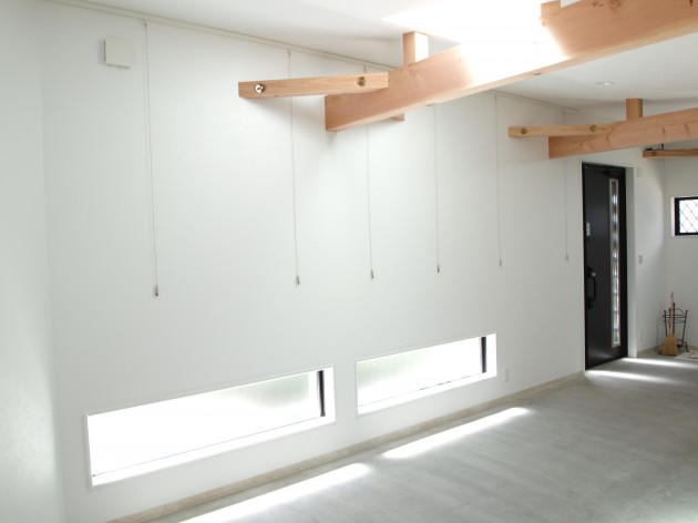 天窓や小窓を多く設置したことで明るい空間を演出。